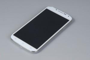 Qumo Quest 503 может похвастаться большим экраном и тонким корпусом, но последний очень маркий, а аппаратные кнопки на боковых гранях нащупать непросто Над экраном — глазок слабенькой фронтальной камеры, датчики приближения и освещенности, но логику работы последнего мы так и не поняли