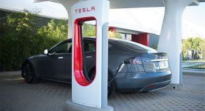 До конца этого года зарядки Tesla станут доступны для электрокаров других брендов