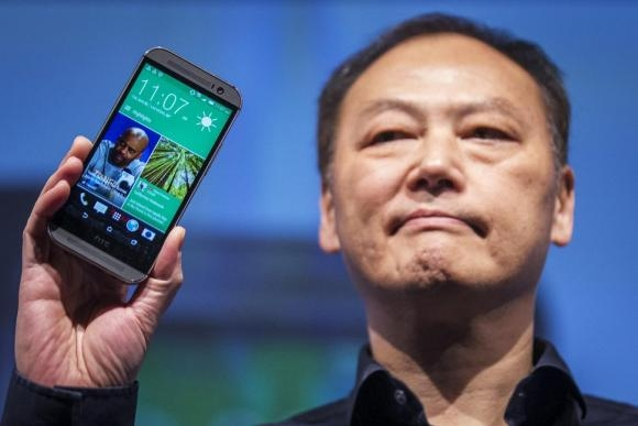 htc-ceo-peter-chou-shows-the-new-htc-one-m8-phone-during-a-launch
