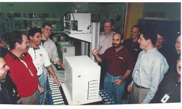 Майкл Делл и его команда на производстве первых серверов PowerEdge