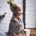 «Пью кофе с этим драгоценным камнем. Можно ли двумя словами описать, насколько эта девушка прекрасна?! Она вдохновляет меня жить моей настоящей жизнью. Я так рада, что она у меня есть».