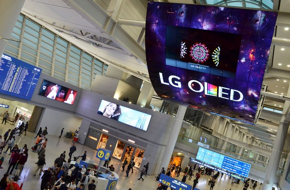 OLED Signage Incheon Airport_2