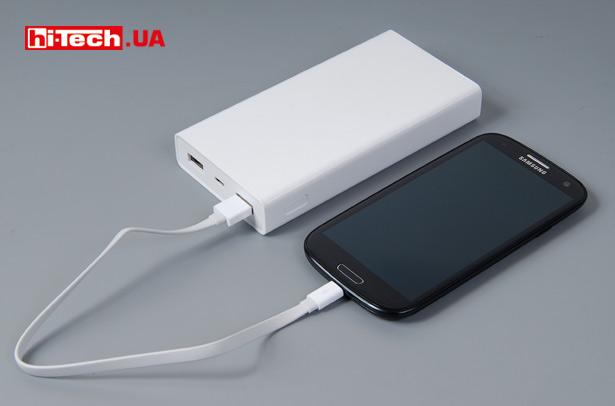 Для своей емкости Xiaomi Mi Power Bank 20000mAh имеет небольшие размеры. На фото павербанк рядом с весьма компактным по современным меркам Samsung Galaxy S3