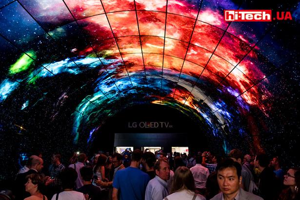 LG подготовила очень эффектных тоннель из OLED-панелей