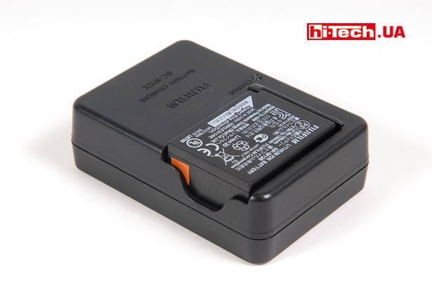 Для зарядки аккумулятора камеры Fujifilm X-E2S предусмотрено специальное устройство