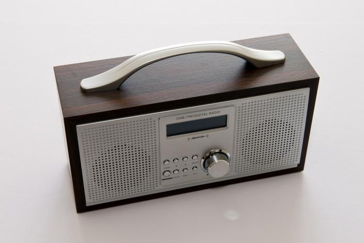 sm-portable-radio-413732_1280-750