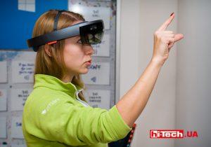 Microsoft HoloLens на голове