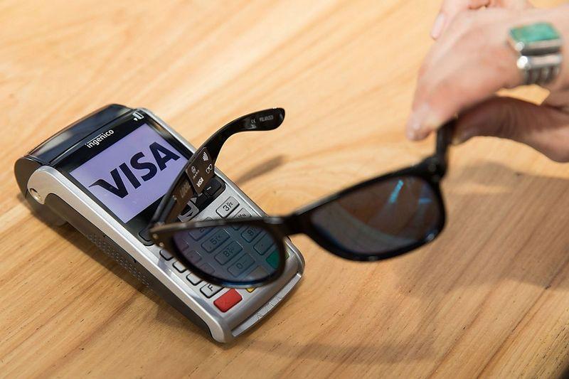 Visa представила солнцезащитные очки споддержкой бесконтактных платежей
