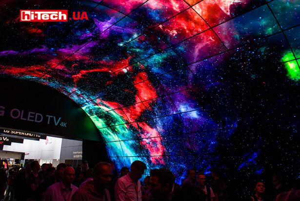 Тоннель из OLED-панелей LG
