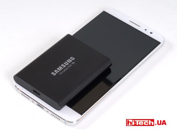 Размеры Samsung Portable SSD T5 в сравнении со смартфоном с 5,5-дюймовым экраном