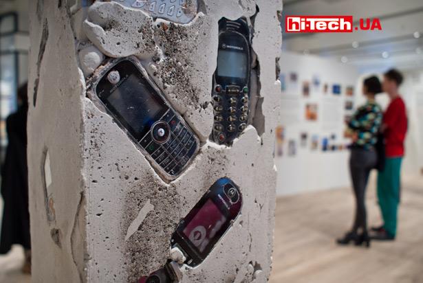 Данная экспозиция напоминает о славе многих мобильных телефонов Motorola, как о прочных, неубиваемых устройствах