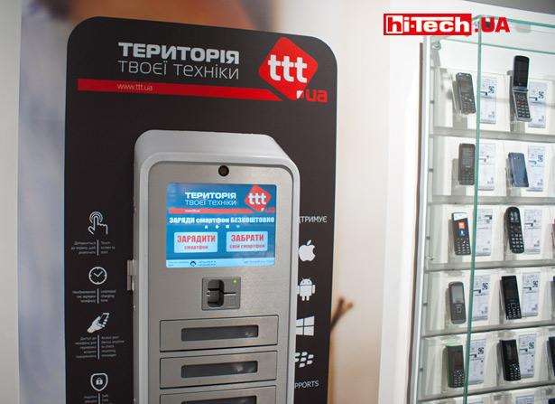 В таком специальном автомате вы можете оставить свой смартфон на подзарядку (бесплатно), пока гуляете по торговому центру. Отсеки защищаются системой паролирования