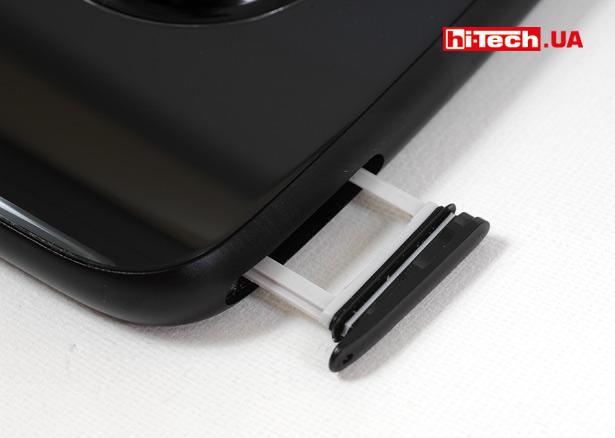Герметичность лотка Moto X4 обеспечивается резиновой прокладкой