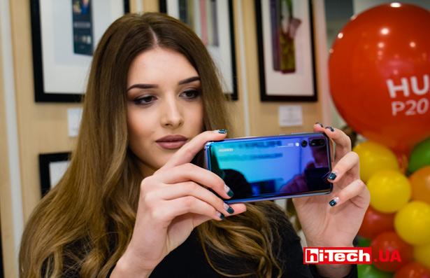 Девушка снимает смартфоном Huawei P20 Pro
