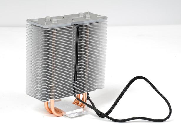 Провод подсветки радиатора расположен в желобке и не мешает установке вентилятора