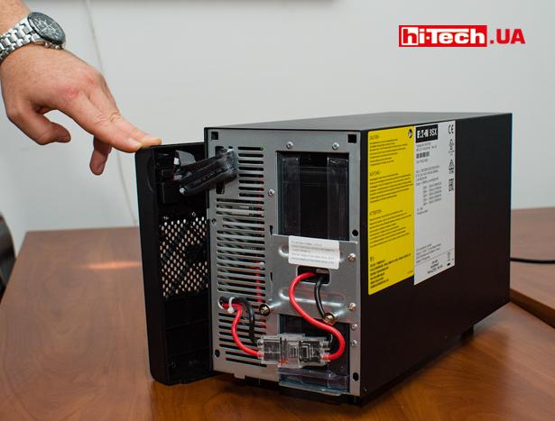 Доступ к батарейному отсеку ИБП Eaton 9SX