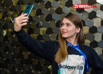 Девушка с Samsung Galaxy S10
