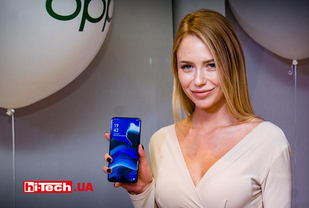 Девушка держит смартфон OPPO Reno2
