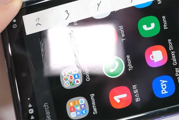 Царапины на экране Samsung Galaxy Z Flip