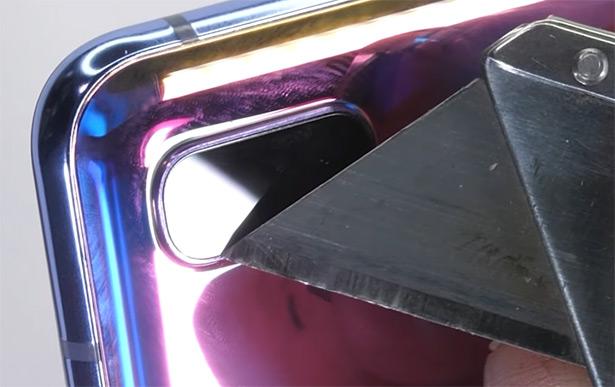 А вот камеры на задней панели панели прикрыты стеклом, которое действительно сложно поцарапать (скриншот из ролика на YouTube-канале JerryRigEverything)