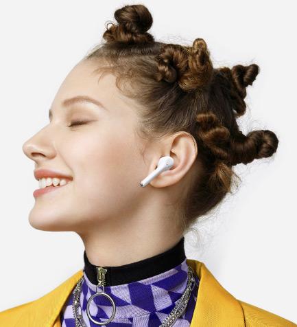 Huawei Freebuds 3i в ухе девушки