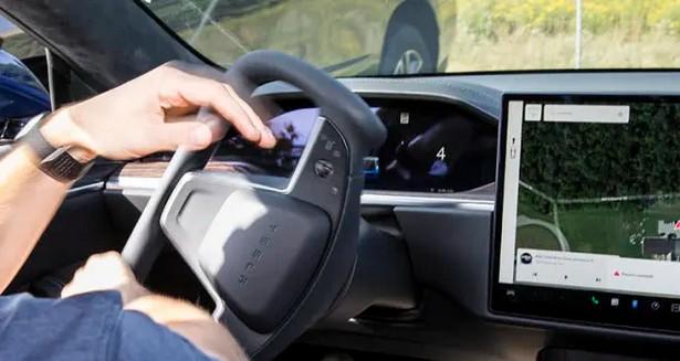 CR-Cars-Inline-2021-Tesla-Model-S-Yoke-Parking-9-21